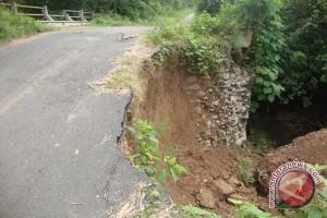 Longsor di Desa Peninjauan OKU belum diperbaiki