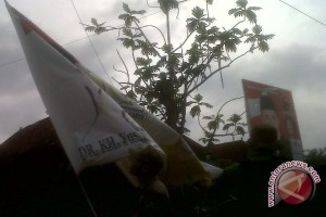 Alat peraga peserta pilkada Palembang masih marak