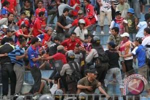 Kericuhan warnai laga Persika Karawang menghadapi Perserang