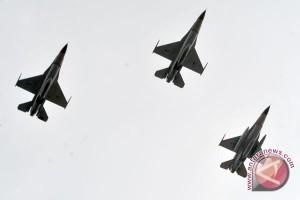 Atraksi F16-Hawk meriahkan bulan dirgantara Lanud Pekanbaru