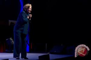 Seorang perempuan melempar sepatu ke arah Hillary Clinton