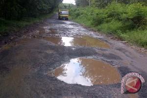 Jalan lintas Sumatera Baturaja rusak parah