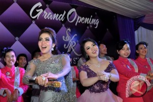 Syahrini buka bisnis karaoke di Palembang