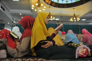 Ratusan warga Palembang baca Al-Quran 10 jam