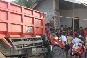 Sebuah warung hancur ditabrak truk muatan bata