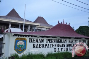Rumah dinas pimpinan DPRD OKU  terbengkalai dan ditumbuhi semak belukar