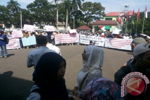 Warga demo di kantor Bupati Mukomuko