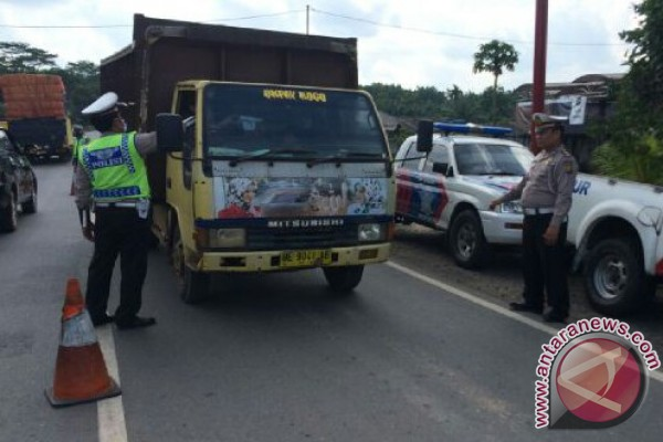 Polisi razia kendaraan perbatasan Riau-Sumbar buru tahanan