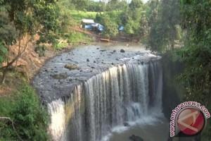 Pemerintah desa bangun jalan setapak kawasan air terjun