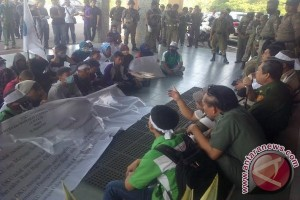 Ratusan warga Banyuasin demo di Pemprov Sumsel