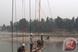 TNI bangun jembatan gantung Desa Lubukrukam