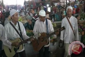 Pengamen raih rejeki lewat alunan lagu Islami