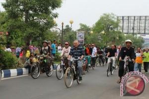 Gubernur datang naik sepeda pulang jalan kaki