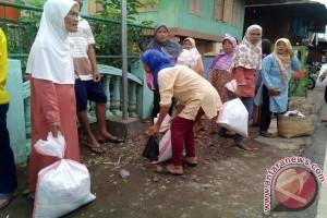 PTBA bagikan sembako bagi warga berpenghasilan rendah