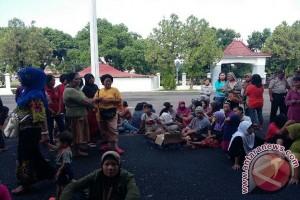 Ratusan pedagang kaki lima demo DPRD