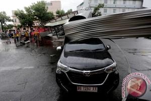 Angin kencang rusak rumah warga