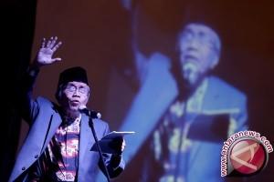 Seniman Palembang baca puisi dipinggir jalan