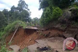 Bangunan rumah warga Mukomuko terbawa longsor