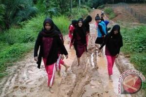 Jalan menuju SMK Negeri 1 PALI berlumpur