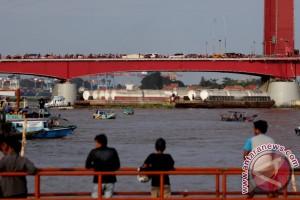 Tongkang angkutan batu bara tabrak Jembatan Ampera