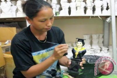 Usaha boneka wisuda berbahan Gypsum semakin diminati - ANTARA News ... 9aac752174