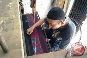 Menyelamatkan kain tenun khas Palembang dari kepunahan