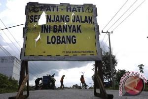 Menimalkan kecelakaan, polisi timbun jalan lintas timur Sumatera