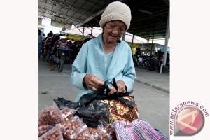 Nenek renta membiayai hidup dengan upahan berdagang
