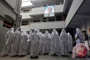 Paus Fransiskus nobatkan Bunda Teresa sebagai Santa