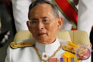 Massa berkumpul mendoakan raja Thailand yang dirawat di RS