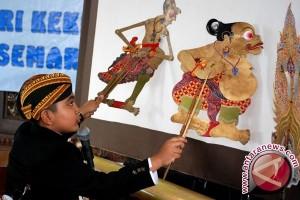 Wayang kulit membuat masyarakat Rusai terpesona