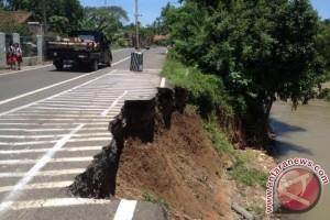 Jalan longsor desa Banuayu sedang diperbaiki