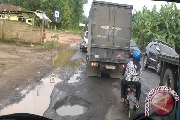 Jalan Lintas Palembang - Jambi rusak sebabkan kemacetan