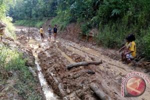 Jalan penghubung Desa Kedaton Kabupaten OKU rusak parah