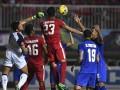 Pesepak bola Indonesia, Hansamu Yama Pranata (ketiga kiri) dan Fachruddin Wahyudi Aryanto (kedua kiri) berduel di udara dengan penjaga gawang Thailand Kawin Thamsatchanan (kiri) pada babak final putaran pertama AFF Suzuki Cup 2016 di Stadion Pakansari, Cibinong, Kabupaten Bogor, Jawa Barat, Rabu (14/12). Tuan rumah Indonesia menang atas Thailand dengan skor 2-1. (ANTARA FOTO/Widodo S. Jusuf/Lmo/kye/16).