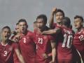 Pesepak bola Indonesia Hansamu Yama Pranata (tengah) meluapkan kegembiraan bersama rekan satu tim setelah membobol gawang Thailand pada putaran pertama final AFF Suzuki Cup 2016 di Stadion Pakansari, Kabupaten Bogor, Jabar, Rabu (14/12). Timnas Indonesia menang 2-1 atas Thailand dan akan menjalani final putaran kedua di Stadion Rajamangala, Thailand, pada 17 Desember 2016 . (ANTARA FOTO/Wahyu Putro A/Lmo/kye/16).