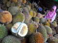 Pembeli menikmati buah durian di Sentra Durian Pasar Kuto Palembang, Sumsel, Sabtu (10/12). Pada musim durian akhir tahun ini Kota Palembang kebanjiran penjual durian yang menggelar dagangan di pinggir jalan dan menjadi wisata tongkrongan durian 24 jam dengan harga bervariasi antara Rp10.000 hingga Rp25.000/buah (Antarasumsel.com/Feny Selly/Ang/16)