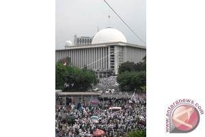 Pecinta alam bersih-bersih Masjid Istiqlal