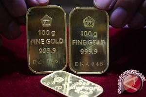 Emas berakhir hampir tidak berubah karena dolar AS menguat