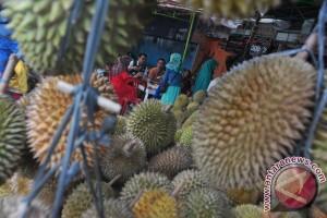 Durian Sumbar ramaikan pasar buah Palembang