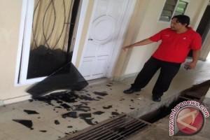 Massa demo pecahkan kaca rumah Wakil Bupati