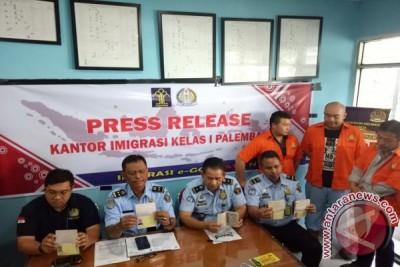 Kantor Imigrasi Palembang amankan 10 WNA