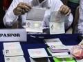 Petugas menunjukan paspor milik sejumlah perempuan Warga Negara Asing (WNA) hasil Operasi Pengawasan Orang Asing di Kantor Imigrasi Kelas I Jakarta Barat, Sabtu (7/1/2017). Operasi Pengawasan Orang Asing mengamankan 20 perempuan berkewarganegaraan Tiongkok, Vietnam dan Thailand berusia antara 19-40 yang berkegiatan sebagai Pekerja Seks Komersial (PSK) yang diduga melakukan pelanggaran keimigrasian. (ANTARA /Muhammad Adimaja/Ang)