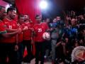 Sejumlah pewarta mengambil gambar mantan kapten timnas dari masa ke masa pada kongres tahunan PSSI di Hotel Aryaduta Bandung, Minggu (8/1/2017). Kongres Tahunan pertama PSSI di tahun 2017 tersebut membahas beberapa agenda seprti pengampunan sanksi perseorangan, penerimaan/penolakan permohonan tujuh klub bermasalah juga menunjuk nama pelatih untuk Tim Nasional Indonesia di berbagai umur hingga Senior. (ANTARA FOTO/Novrian Arbi/Ang)