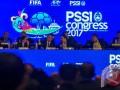 Sejumlah Pimpinan Eksekutif PSSI berdiskusi saat memandu jalannya kongres tahunan PSSI di Hotel Aryaduta Bandung, Minggu (8/1/2017). Kongres Tahunan pertama PSSI di tahun 2017 tersebut membahas beberapa agenda seprti pengampunan sanksi perseorangan, penerimaan/penolakan permohonan tujuh klub bermasalah juga menunjuk nama pelatih untuk Tim Nasional Indonesia di berbagai umur hingga Senior. (ANTARA FOTO/Novrian Arbi/Ang)