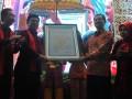 Dirjen pelayanan kesehatan Kemenkes RI dr Bambang Wibowo menyerahkan akreditasi Internasional dari Joint Comission Internasional (JCI) kepada Direktur utama rumah sakit Moehammad Hoesin (RSMH) dr M Syahril di aula  RSMH Palembang, Sumsel, Senin (9/1). RSMH meraih predikat Rumah sakit standar internasional dari JCI setelah memenuhi 1.400 elemen penilaian. (Antarasumsel.com/17/Feny Selly/Ang)