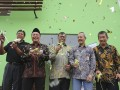 Direktur Utama PT Bhanda Ghara Reksa (Persero), R. Ruli Adi (kedua kiri) berbincang dengan  Komisaris Wiyardi Saputra (kiri), Direktur Operasi dan Pengembangan Nofrisel (tengah), Direktur Pemasaran  M Taufik Hidayat (kedua kanan), GM BGR Cabang Palembang Indra (kanan) seusai melakukan pengguntingan pita sebagai tanda peresmian pengoperasian Gudang General Cargo di Palembang, Selasa (10/1). Gudang modern tersebut memiliki luas bangunan sebesar 8.230 m2, di atas lahan seluas 19.319 m2. (Antarasumsel.com/Nova Wahyudi/dol/17)