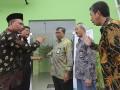 Direktur Utama PT Bhanda Ghara Reksa (Persero), R. Ruli Adi (kiri) berbincang dengan Komisaris Wiyardi Saputra (kedua kiri), Direktur Operasi dan Pengembangan Nofrisel (tengah), Direktur Pemasaran M Taufik Hidayat (kedua kanan), GM BGR Cabang Palembang Indra (kanan) seusai melakukan pengguntingan pita sebagai tanda peresmian pengoperasian Gudang General Cargo di Palembang, Selasa (10/1). Gudang modern tersebut memiliki luas bangunan sebesar 8.230 m2, di atas lahan seluas 19.319 m2. (Antarasumsel.com/Nova Wahyudi/dol/17)