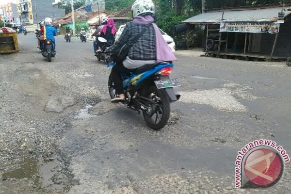 Jalan Depan Kanio Baturaja rusak parah