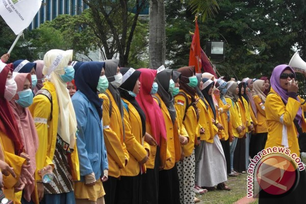 Barisan mahasiswi turut ramaikan aksi di gedung dewan